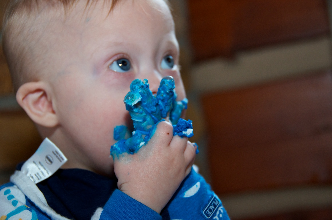 first-birthday-party-smash-cake-down-syndrome-baby-blue-eyes 5