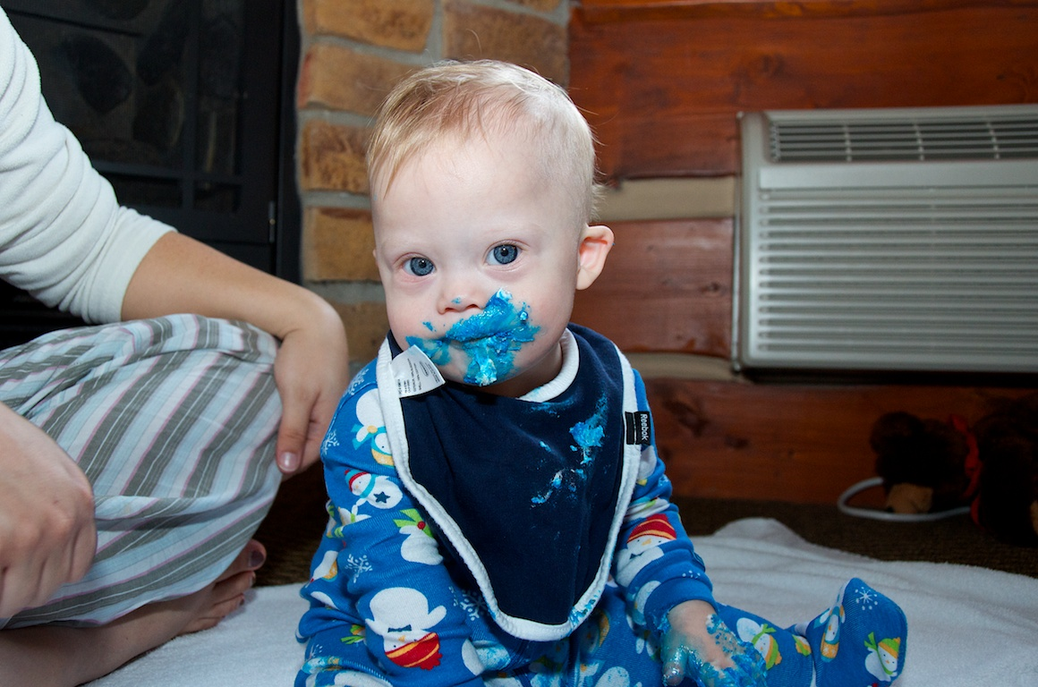 first-birthday-party-smash-cake-down-syndrome-baby-blue-eyes 6